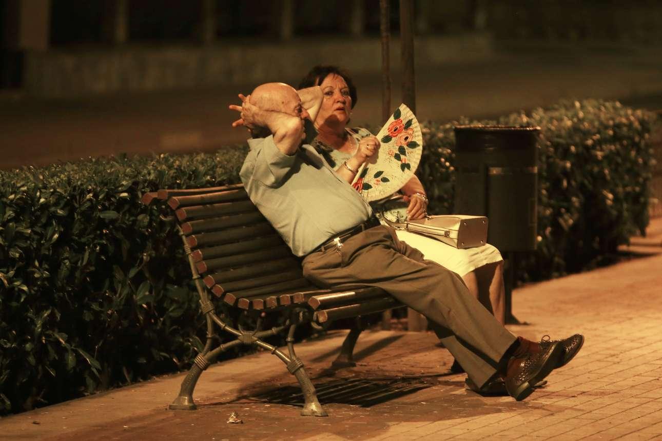 Ηλικιωμένο ζευγάρι κάθεται σε παγκάκι στη Ρόντα της νότιας Ισπανίας. Φυσικά είναι βράδυ και οι Ισπανοί προσπαθούν να προστατευθούν από τις υψηλές θερμοκρασίες