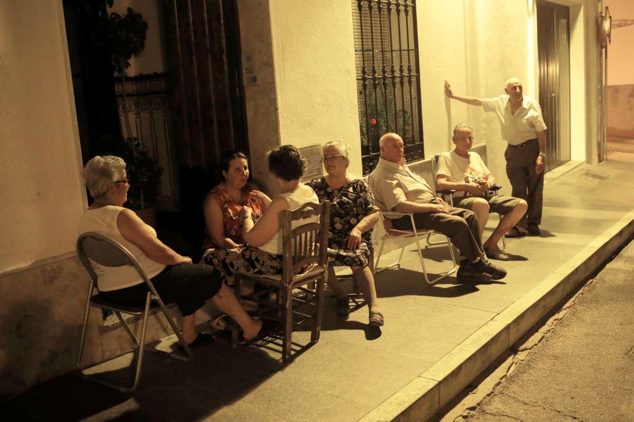 Οταν βραδιάζει, οι κάτοικοι της πόλης Ρόντα στην Ισπανία βγαίνουν από τα σπίτια τους και κάθονται στον δρόμο για να δροσιστούν