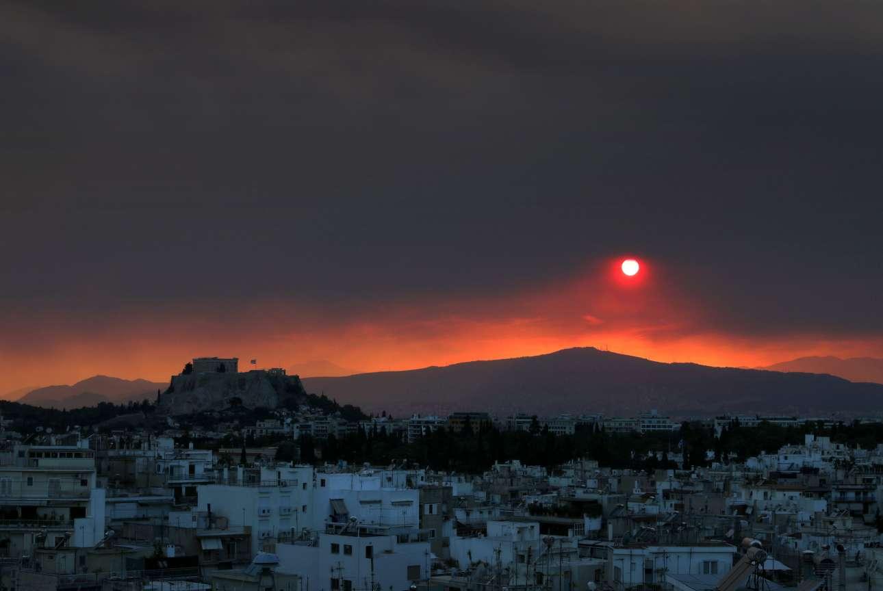 Η Ακρόπολη και ο Παρθενώνας διακρίνονται αριστερά καθώς η Αττική βλέπει έναν κόκκινο ουρανό