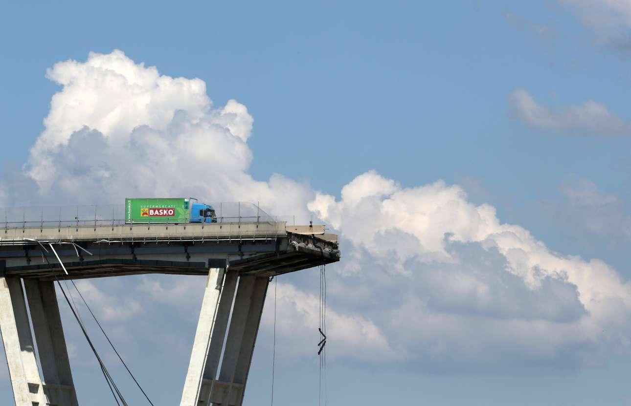 15 Αυγούστου. Η κατεστραμμένη γέφυρα Μοράντι της Γένοβας, η οποία κατέρρευσε αφήνοντας πίσω της 41 νεκρούς μέχρι τώρα και ο τραγικός απολογισμός ακόμα αυξάνεται