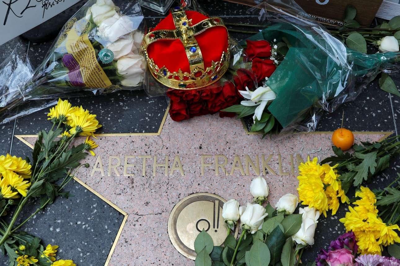 17 Αυγούστου. Λουλούδια και ένα στέμμα τοποθετημένα πάνω στο αστέρι της Αρίθα Φράνκλιν στη «Λεωφόρο της Δόξας» στην περίφημη Χόλιγουντ Μπούλεβαρντ, ως φόρος τιμής στην «βασίλισσα» της μουσικής που έφυγε από τη ζωή στις 16 Αυγούστου