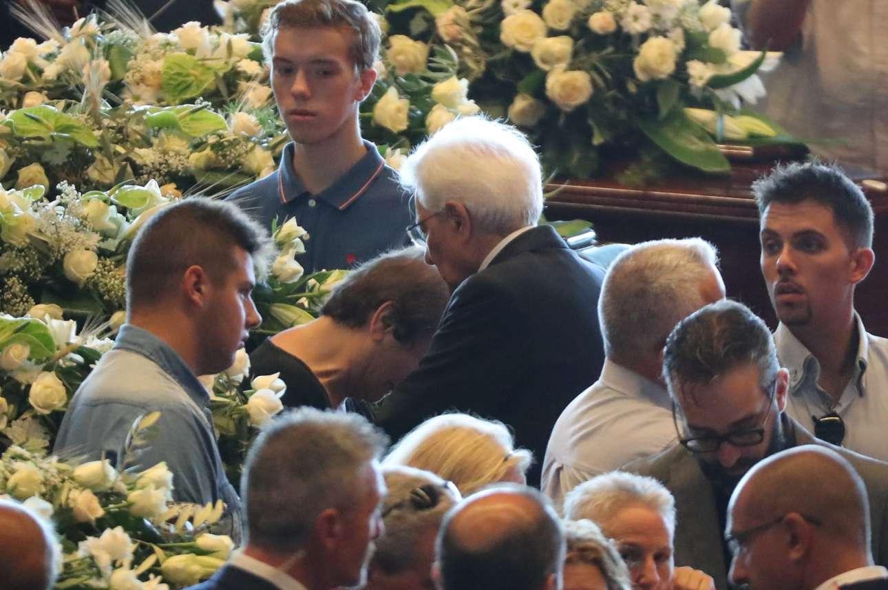 Ο πρόεδρος της Ιταλίας Σέρτζιο Ματαρέλα (στη μέση με τα άσπρα μαλλιά) παρηγορεί τους συγγενείς