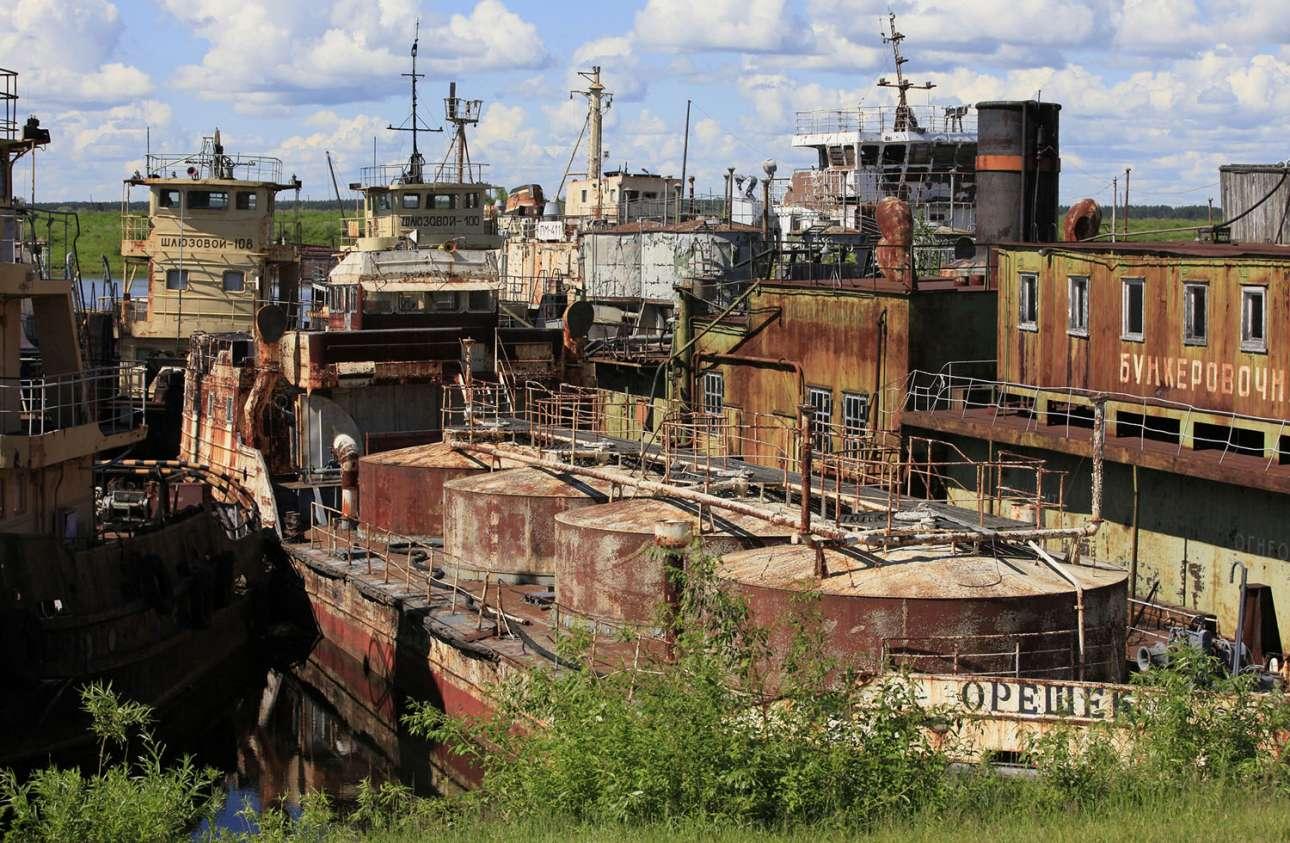 Τα πλοία σαπίζουν και μακριά από τη θάλασσα. Η φωτογραφία του 2013 από το σιβηρικό Κράσνογιαρσκ δείχνει το νεκροταφείο πλοίων στον ποταμό Γιενισέι