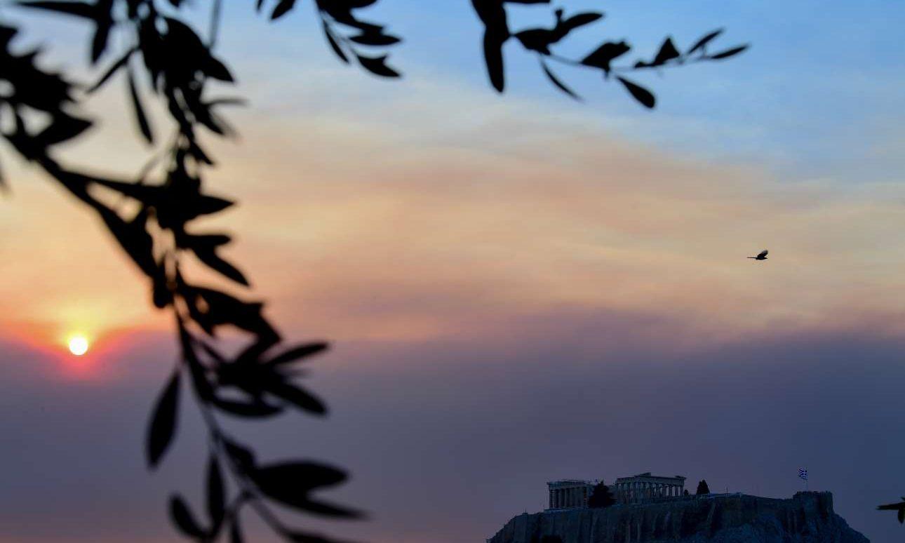 Καπνός από την Εύβοια σκέπασε τον ουρανό της Αθήνας