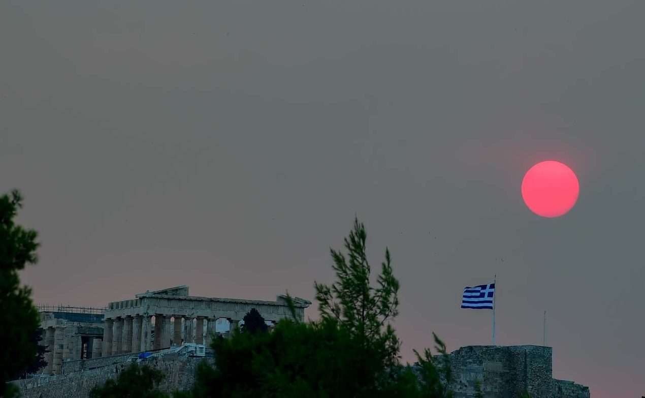 O Παρθενώνας με έναν κόκκκινο ήλιο