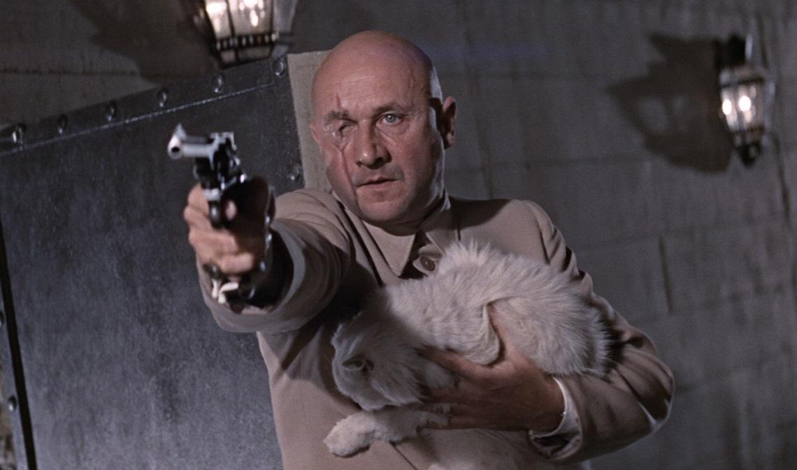 O Ντόναλντ Πλέζανς ως Ερνστ Μπλόνφελντ, εμβληματικός αντίπαλος του 007, στο «Ζεις Μονάχα Δυο Φορές» (1967) του Λούις Γκίλμπερτ. H γάτα στα χέρια του Μπλόνφελντ είχε καθιερωθεί από το δεύτερο φιλμ της σειράς το «Από τη Ρωσία με Αγάπη» (1963). Ωστόσο αυτή ήταν ξεχωριστή. Είχε τρομάξει τόσο από τις εκρήξεις στο στούντιο που την έψαχναν για τρεις ολόκληρες ημέρες!