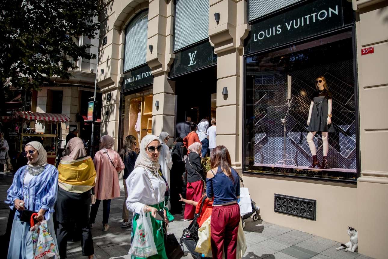 14 Αυγούστου. Αλλοι περιμένουν στη σειρά για ένα πρόβατο, και άλλοι για ένα Louis Vuitton σύνολο. Η πτώση της τουρκικής λίρας μπορεί να ανησυχεί τη γείτονα χώρα, αλλά σίγουρα όχι τους τουρίστες - κυρίως από Σαουδική Αραβία και Ασία- οι οποίοι σπεύδουν να αγοράσουν ρούχα γνωστών οίκων μόδας σε τιμή ευκαιρίας