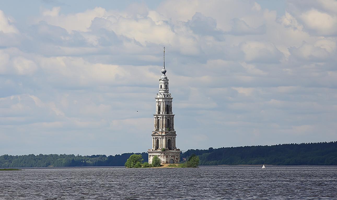 Το «πλημμυρισμένο καμπαναριό», δηλαδή η εκκλησία του Καλιάζιν, στο μέσον της λίμνης Ούγκλιχ. Ο,τι απέμεινε από την παλιά πόλη μετά την καταβύθισή της το 1939