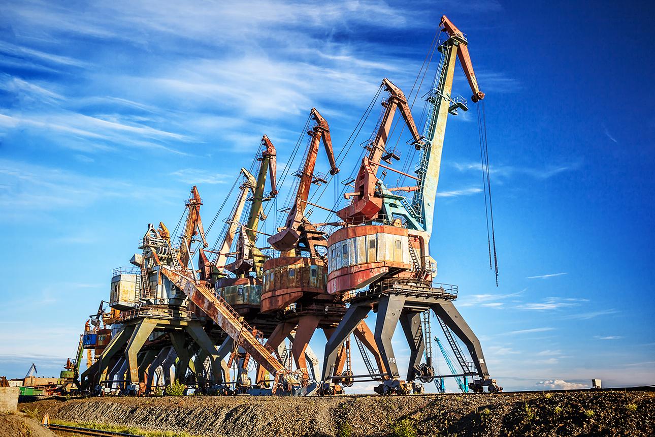 Σκουριασμένα κρένια (γερανοί φορτοεκφόρτωσης) πάνω σε σιδηροτροχιές στο λιμάνι Ντούντινκα του Κράσνογιαρσκ
