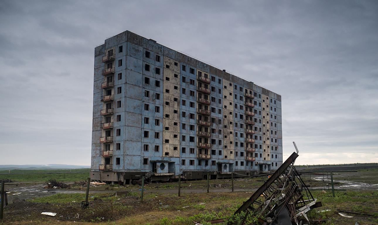 Βρύα, λειχήνες και πουθενά ψυχή ζώσα: εγκαταλειμμένο μπλοκ τριών εργατικών πολυκατοικιών στην πόλη-φάντασμα Aλικέλ, πάνω από τον Αρκτικό Κύκλο, στη μέση της τούντρας