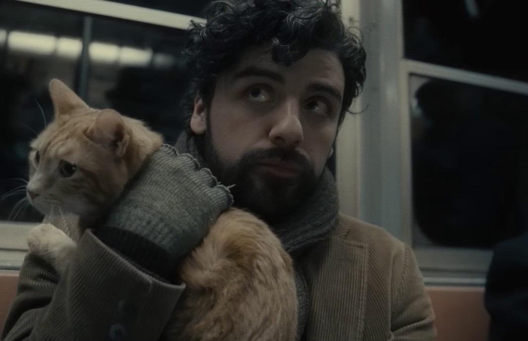 Ο Οσκαρ Αϊζακ στο «Inside Llewyn Davis» (2013) των αδελφών Κοέν. «Το φιλμ ουσιαστικά δεν έχει πλοκή, οπότε ρίξαμε μια γάτα μέσα» είχε πει μεταξύ σοβαρού και αστείου ο Τζόελ Κοέν