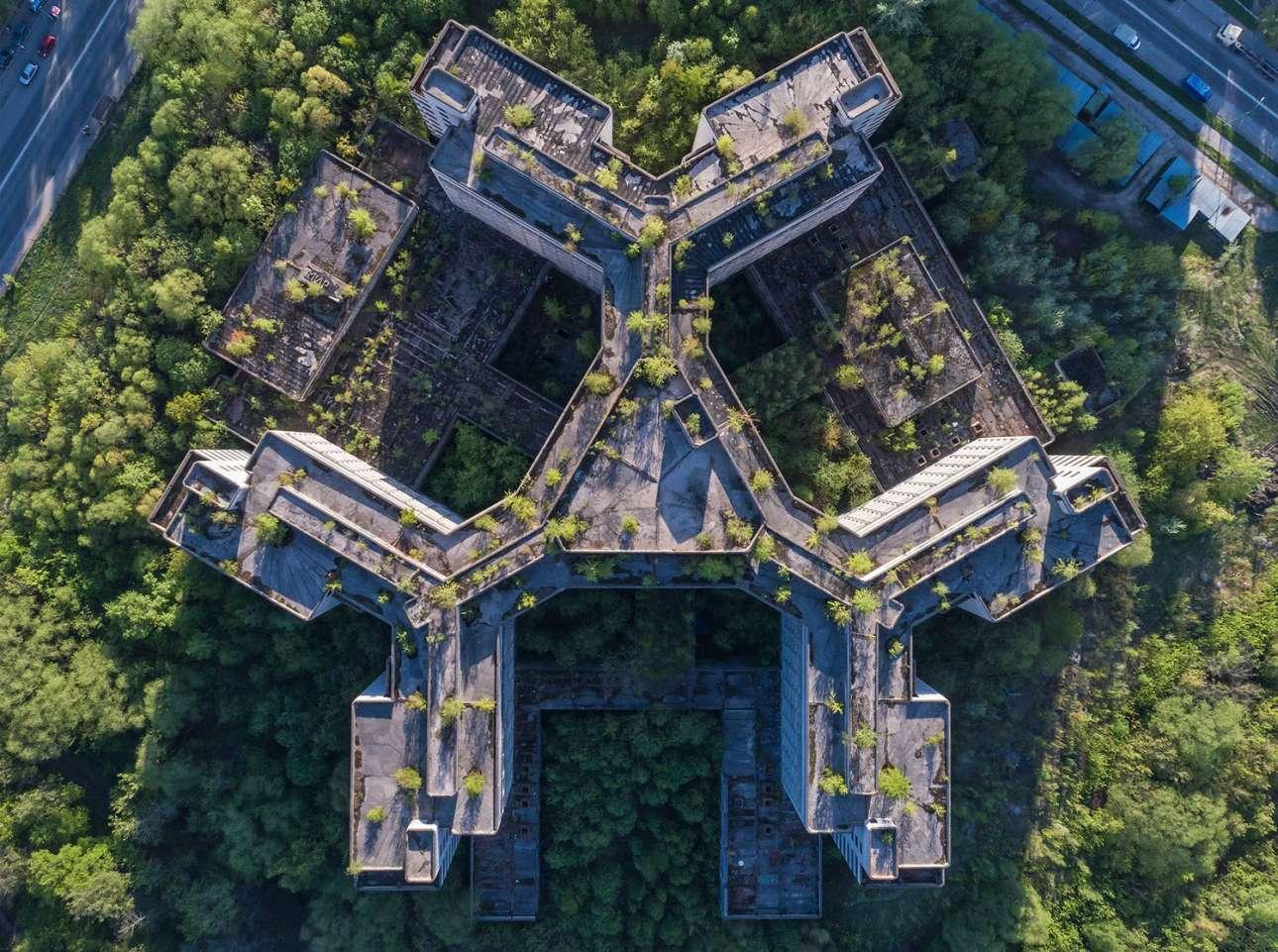 Ενα νοσοκομείο που εγκαταλείφθηκε ημιτελές: το Χόβρινο, στη Μόσχα, αν και μέρος του αστικού ιστού, «καταπίνεται» από τη φύση (αεροφωτογραφία του 2017)