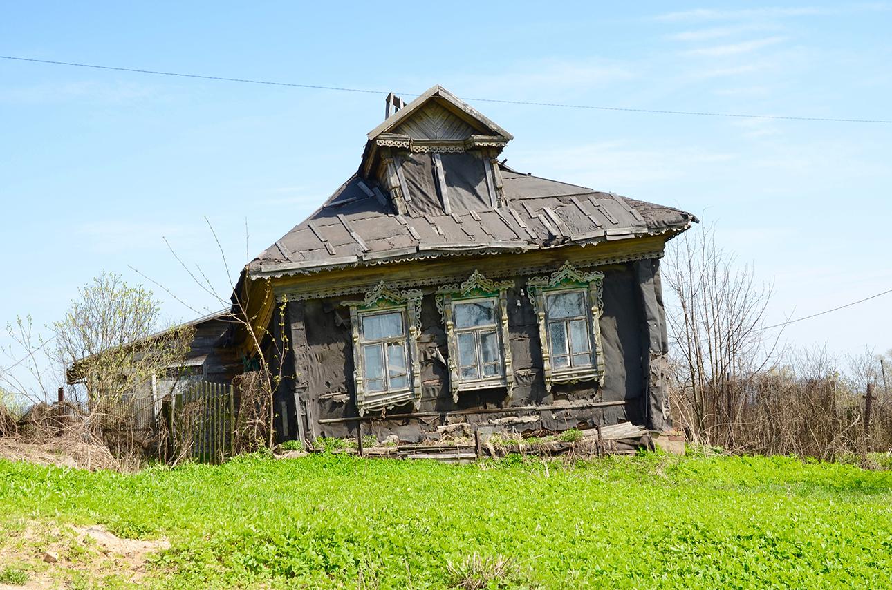 Στα περίχωρα της Μόσχας το γέρικο αγροτόσπιτο έγειρε ( φωτογραφία του 2013)