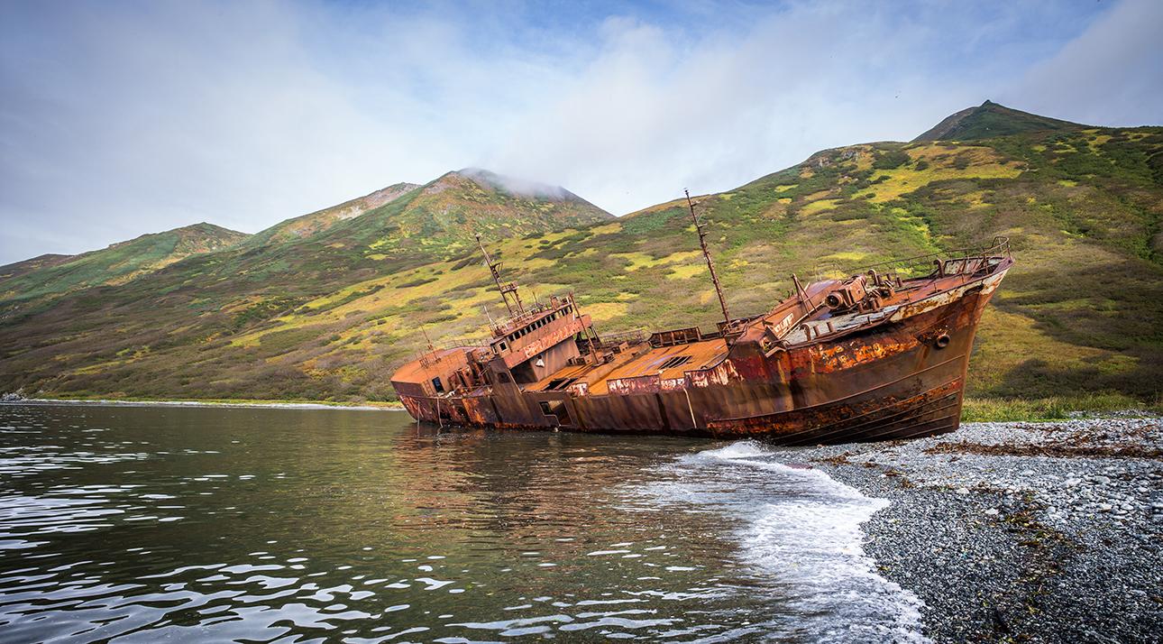 Στη σιβηρική χερσόνησο Καμτσάκα, βορείως της Ιαπωνίας, στον κόλπο Μορζόβαγια, πέθανε το φορτηγό πλοίο