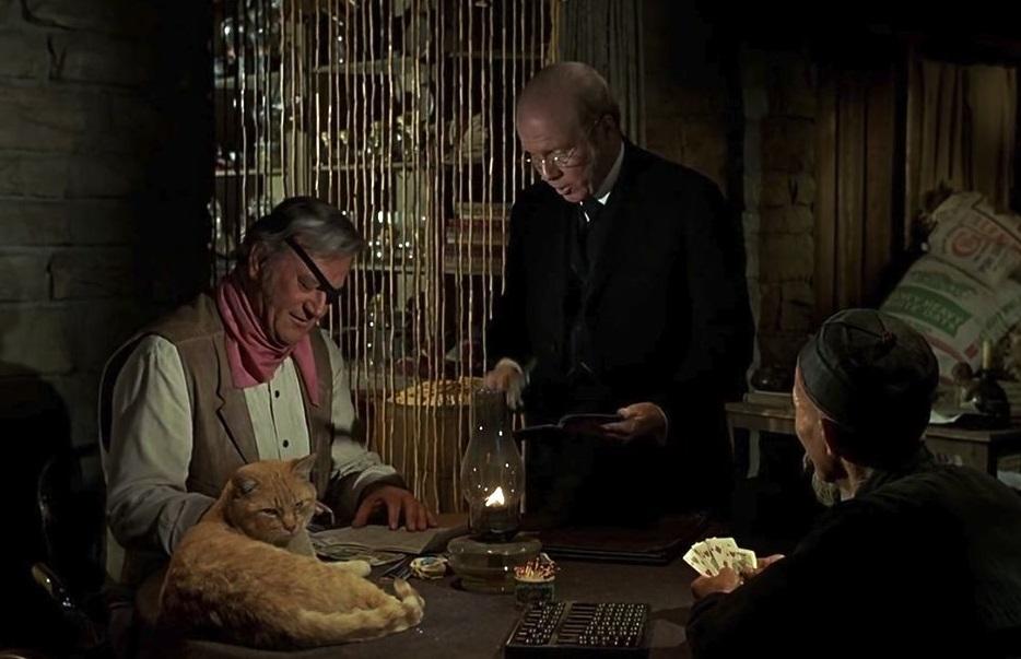 O Τζον Γουέιν στο «True Grit» (1969) του Χένρι Χάθαγουεϊ. Κάποιοι υποστηρίζουν ότι η παρουσία του (γνωστού μας από το «Breakfast at Tiffany's») «Πορτοκαλή» βοήθησε τον Γουέιν να χτίσει μια ολοκληρωμένη ερμηνεία που τελικά του χάρισε το Οσκαρ