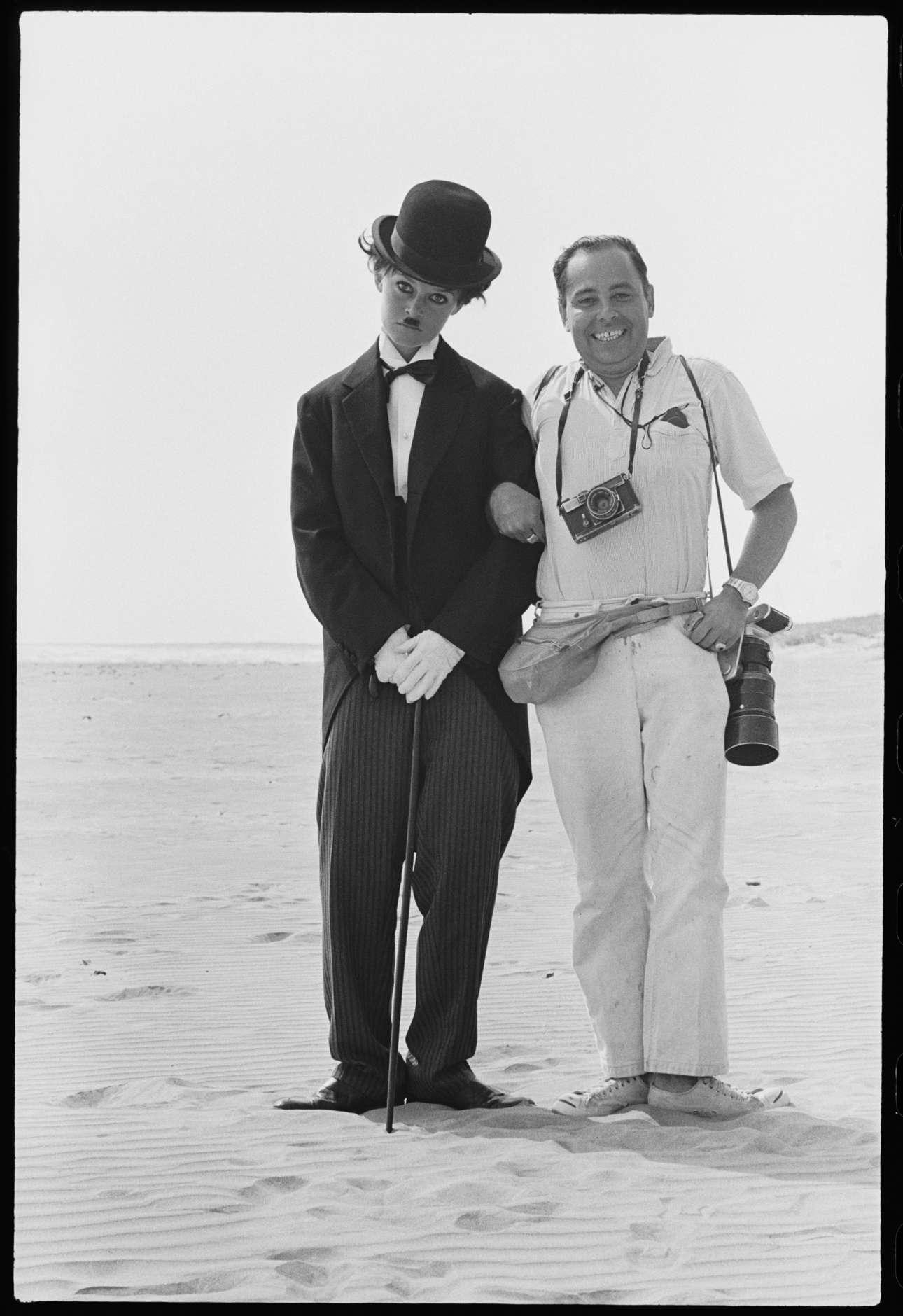 Ο φωτογράφος Ορλάντο Σουέρο ποζάρει περιχαρής δίπλα στο σύμβολο του σεξ Μπριζίτ Μπαρντό που έχει ντυθεί Τσάρλι Τσάπλιν