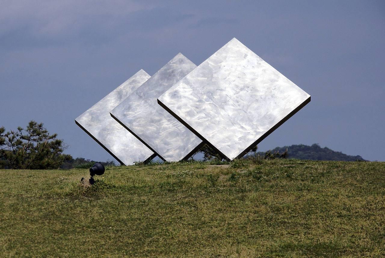Το νησί Ναοσίμα της Ιαπωνίας είναι ένας παράδεισος για τους λάτρεις της μοντέρνας τέχνης, γεμάτο από μουσεία και εγκαταστάσεις σε κάθε γωνία. Στη φωτογραφία τα «Τρία Τετράγωνα» του αμερικανού γλύπτη Τζορτζ Ρίκι