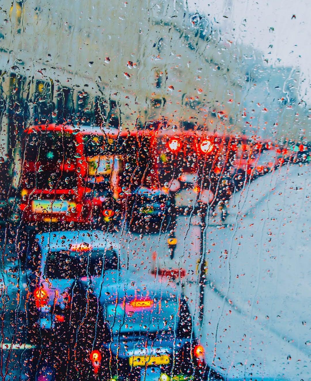 Φιναλίστ στην κατηγορία #NoFilter (ΧωρίςΦίλτρο). Τα χαρακτηριστικά κόκκινα διώροφα λεωφορεία και μαύρα ταξί του Λονδίνου φωτογραφημένα μέσα από βρεγμένο τζάμι μοιάζουν με πίνακα ζωγραφικής
