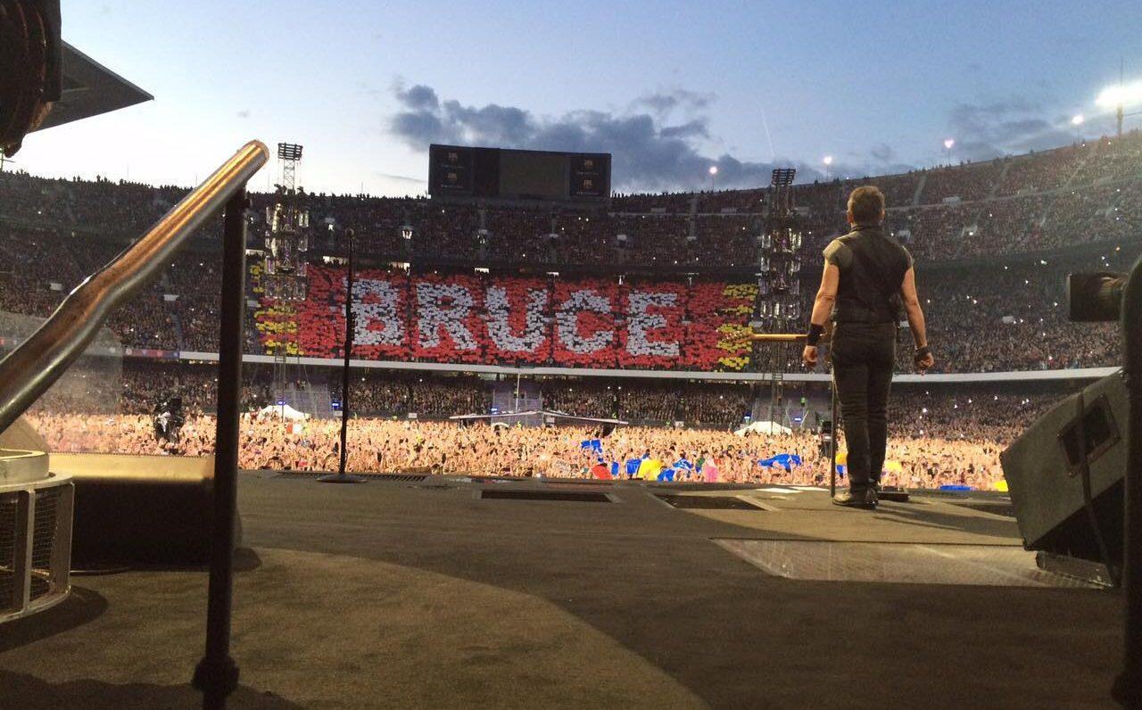 Μάιος 2016, Βαρκελώνη. Ο Μπρους Σπρίνγκστιν αντικρίζει το κοινό στο επιβλητικό «Καμπ Νου» της Μπαρτσελόνα που έχει γεμίσει ασφυκτικά. Θα ανταποδώσει με μια συναυλία τριών και πλέον ωρών