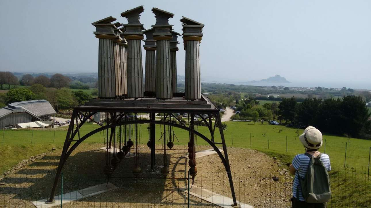 «Ανήσυχος Ναός». Η Πένι Σόντερς σχεδίασε έναν ταλαντευόμενο Παρθενώνα, ένα συγκλονιστικό γλυπτό που κινείται από τον αέρα και τη βαρύτητα, το οποίο αποτελεί κομμάτι της συλλογής γλυπτών των Κήπων Tremenheere, στην Κορνουάλη της Βρετανίας