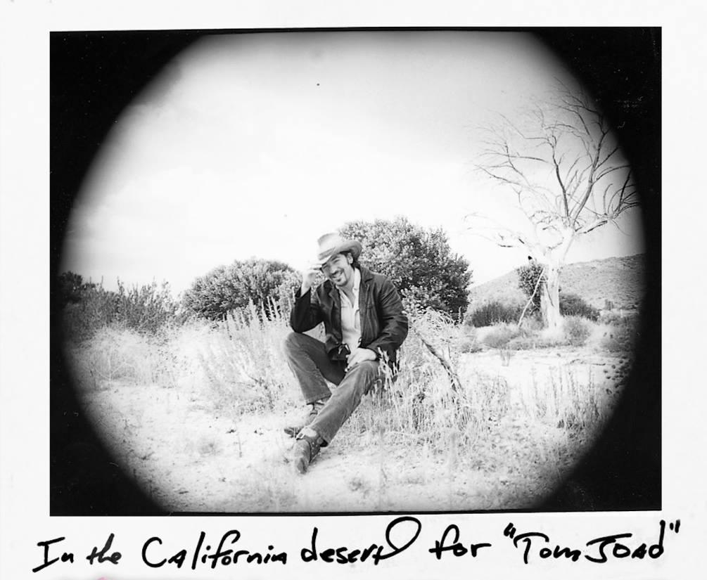 Σε ένα ταξίδι στην Καλφόρνια, φωτογραφημένος από την αδελφή του Πάμελα Σπρίνγκστιν την περίοδο της ηχογράφησης του τραγουδιού «The Ghost of Tom Joad» (1995)