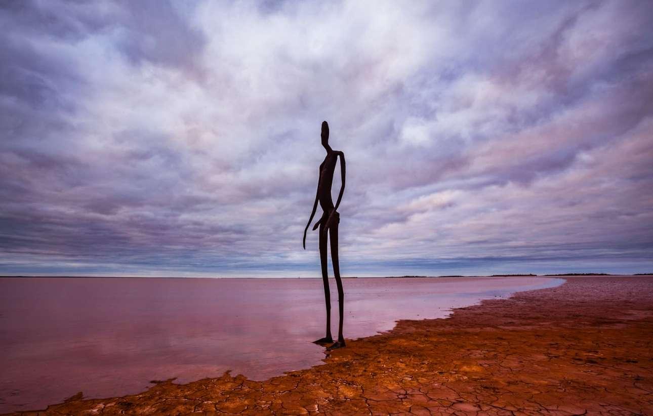 Στην απομονωμένη ξηρή λίμνη Μπάλαρντ στη Δυτική Αυστραλία μπορεί να συναντήσει κάποιος τις 51 ανθρώπινες φιγούρες του Αντονι Γκόρμλεϊ, ένα απόκοσμο σκηνικό που σύμφωνα με επισκέπτες είναι ακόμα πιο εντυπωσιακό της πρωινές και απογευματινές ώρες