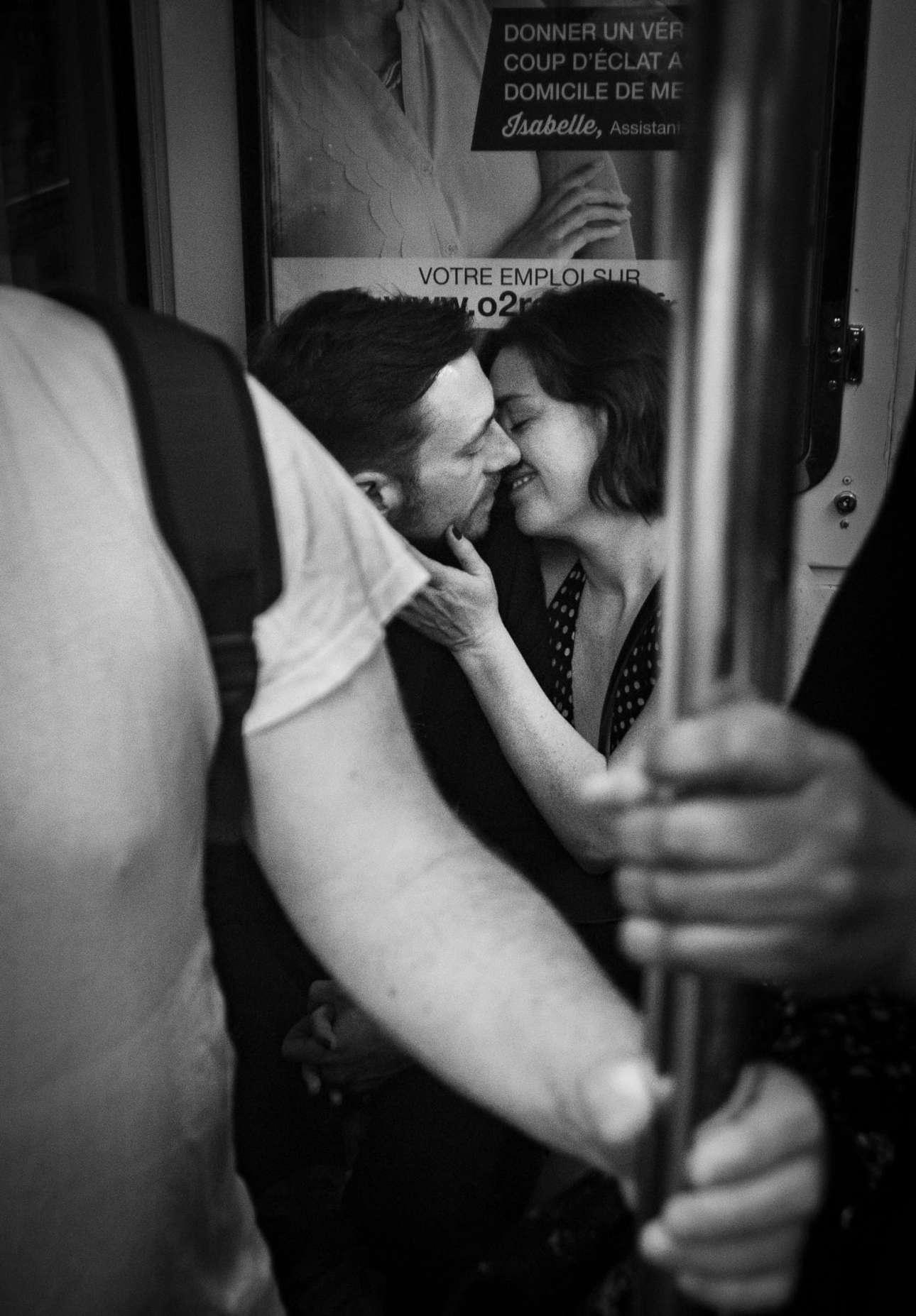 Φιναλίστ στην κατηγορία Αγάπη. Ενα ερωτευμένο ζευγάρι στο μετρό του Παρισιού