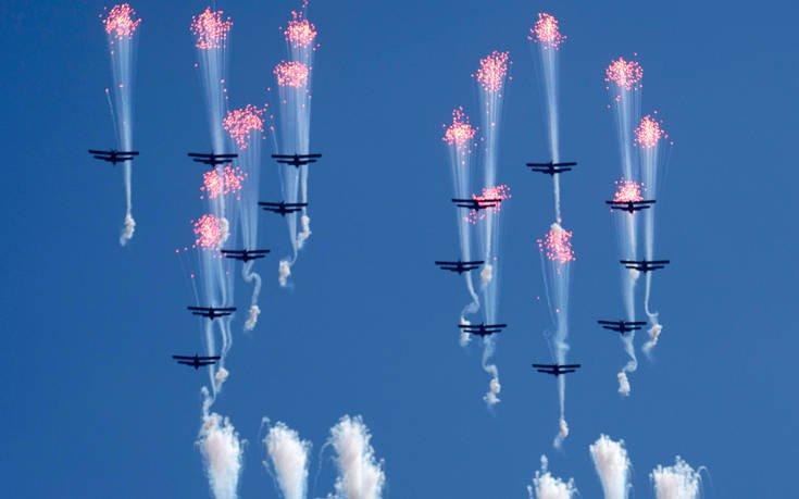 ... ενώ υπερίπταντο αεροσκάφη που σχημάτιζαν τον αριθμό 70