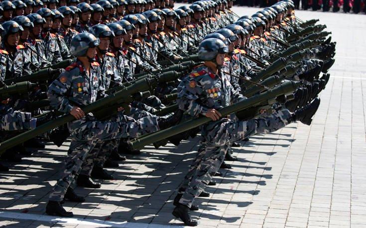 Οι στρατιώτες του Κιμ Γιονγκ Ουν παρελαύνουν με τους εκτοξευτήρες RPG στα χέρια