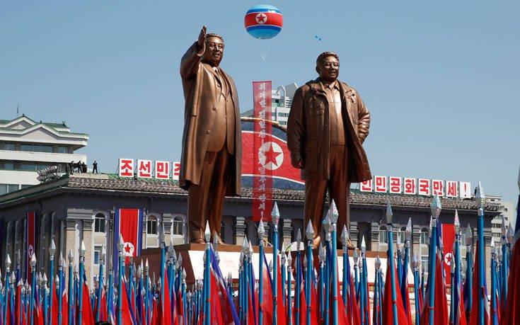 Tα αγάλματα του Κιμ Γιονγκ Ουν και του πατέρα του, Κιμ Γιονγκ Ιλ, που απεβίωσε το 2011, δεσπόζουν