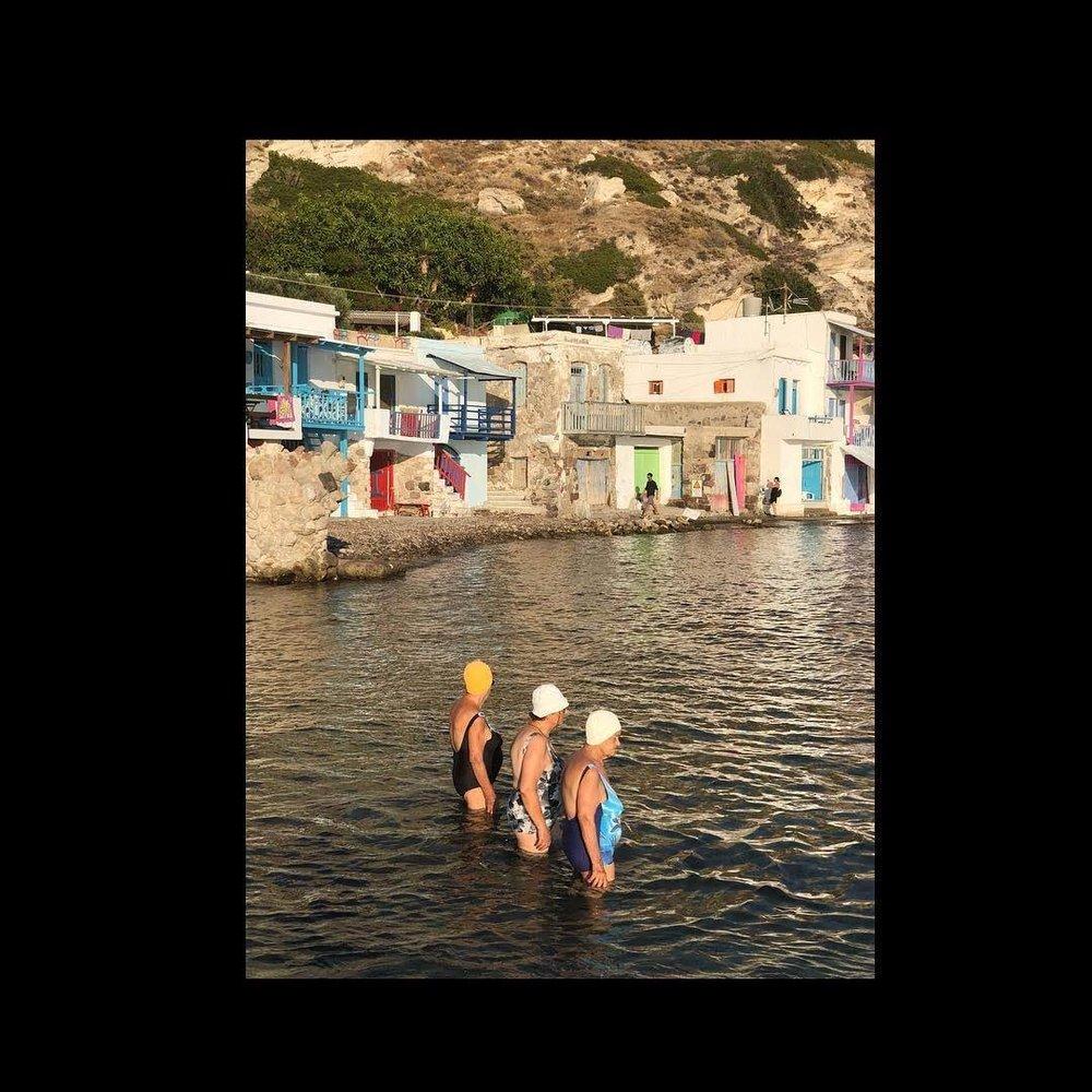Φιναλίστ στην Κατηγορία Ταξίδι. «Ωρα για μπάνιο»: ένα γραφικό καρέ από το εξίσου γραφικό χωριό Κλήμα στη Μήλο