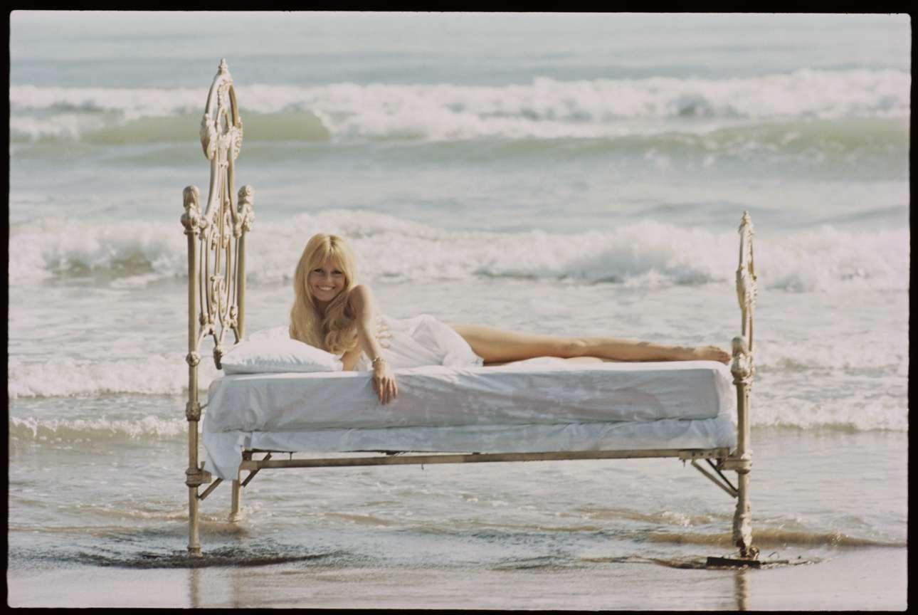 Μία από τις πιο εμβληματικές εικόνες του Ορλάντο, η Μπριζίτ Μπαρντό ημίγυμνη σε ένα κρεβάτι εκεί που σκάει το κύμα, το 1965