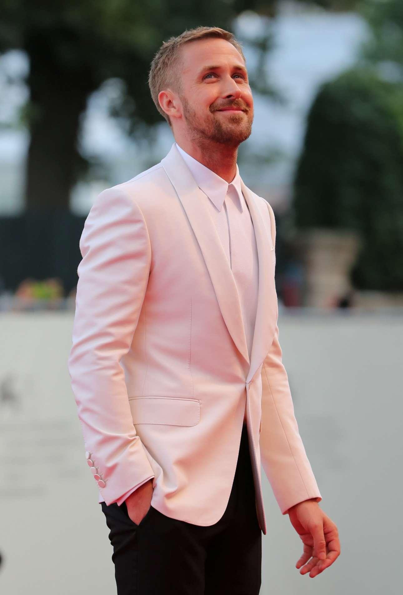 Ο Ράιαν Γκόσλινγκ καταφθάνει στο κόκκινο χαλί για τη νέα του ταινία «First Man», όπου θα υποδύεται τον Νιλ Αρμστρονγκ. Ο γοητευτικός ηθοποιός διάλεξε ένα κομψό λευκό κοστούμι Gucci, χωρίς γραβάτα