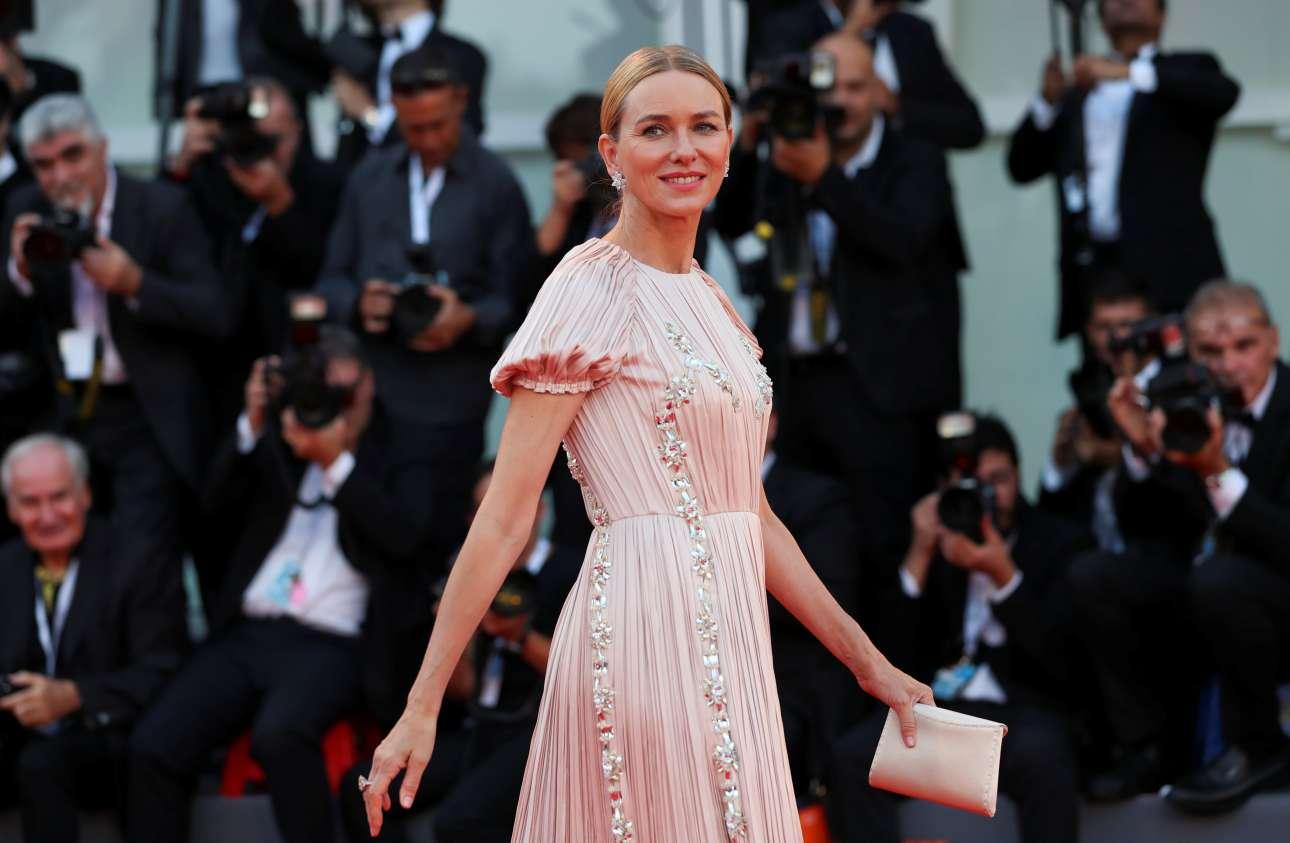 Η Ναόμι Γουότς, μέλος της φετινής κριτικής επιτροπής του Φεστιβάλ, εκθαμβωτική μέσα στο Prada φόρεμα της