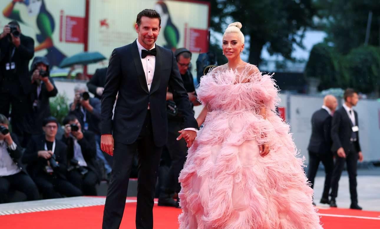 Οι πρωταγωνιστές του «Ενα αστέρι γεννιέται» Μπράντλει Κούπερ και Λέιντι Γκάγκα κλέβουν την παράσταση με τις ενδυματολογικές επιλογές τους στο 75ο Διεθνές Φεστιβάλ Κινηματογράφου της Βενετίας