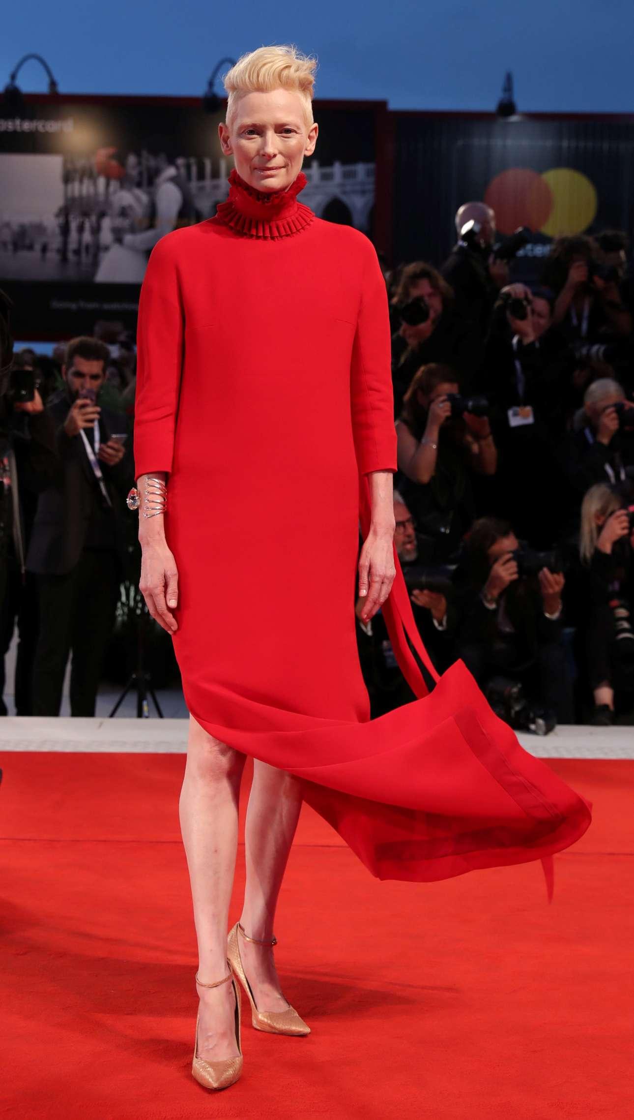 Η μούσα του σκηνοθέτη Λούκα Γκουαντανίνο με ένα κόκκινο, μακρύ φόρεμα Haider Ackermann στην προβολή της νέας τους ταινίας «Suspiria»