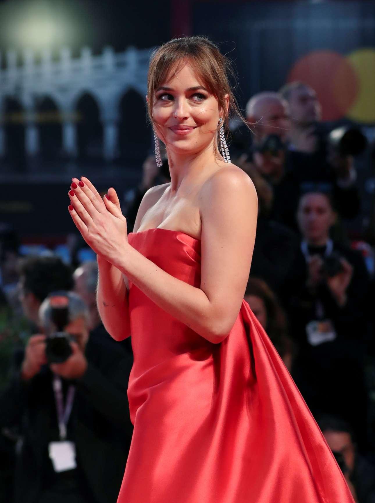 Η Ντακότα Τζόνσον, κόρη της Μέλανι Γριφίθ και του Ντον Τζόνσον, ξεχωρίζει με το κόκκινο Valentino φόρεμα, αλλά και στην ταινία «Suspiria» που πρωταγωνιστεί