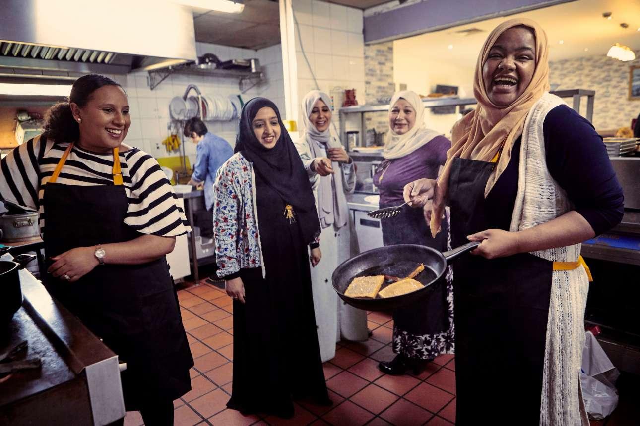 Η μαγειρική είναι δημιουργία και διασκέδαση, όπως αποδεικνύουν οι χαμογελαστές κυρίες αυτού του στιγμιότυπου