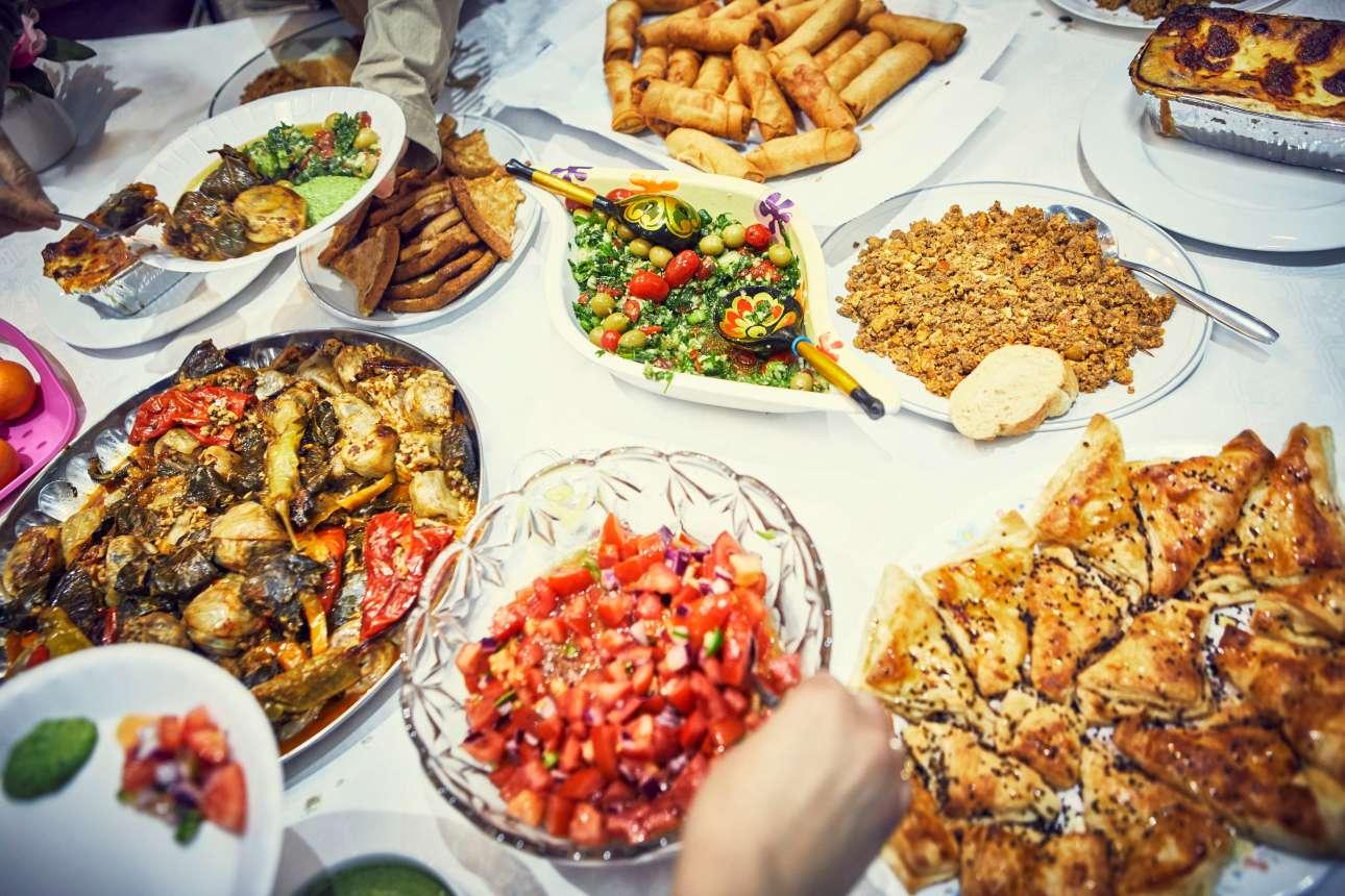 Οι λαχταριστές δημιουργίες του «Hubb Community Kitchen», μιας κουζίνας που φέρνει κοντά πολλές διαφορετικές κοινότητες στο δυτικό Λονδίνο. «Hubb» στα αραβικά σημαίνει «αγάπη»