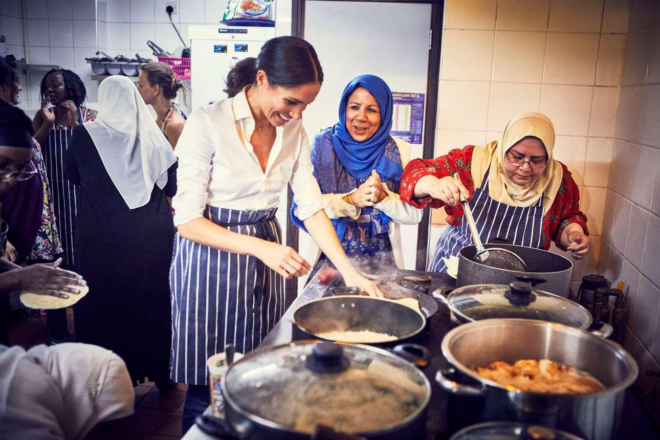 Εργασία και χαρά: η Μέγκαν φαίνεται να διασκεδάζει μαγειρεύοντας, ενώ έχει κι άλλες γυναίκες στο πλευρό της