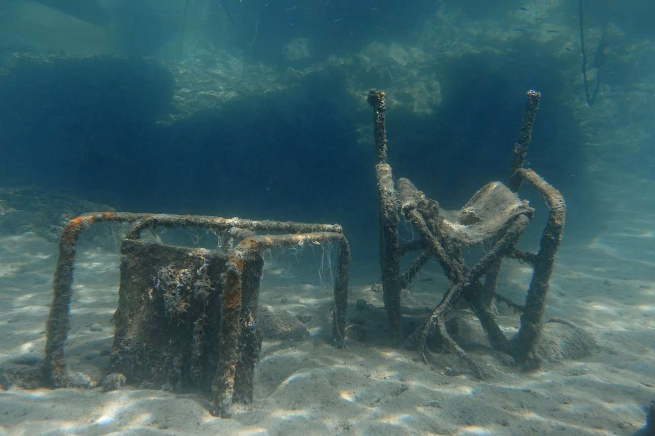 Δύο καρέκλες στην Θάσο...
