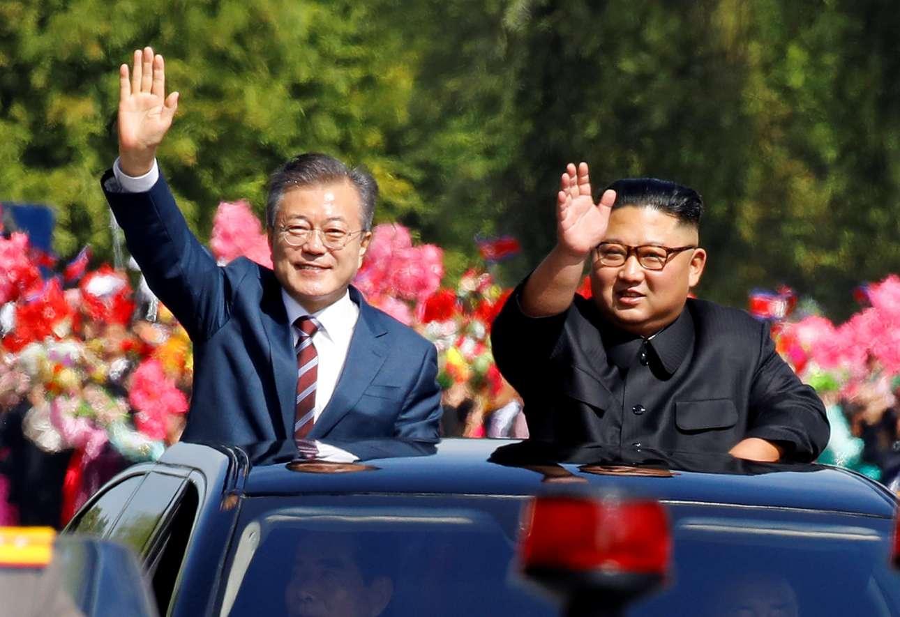 Τρίτη, 18 Σεπτεμβρίου, Βόρεια Κορέα. Ο νοτιοκορεάτης πρόεδρος Μουν Τζε Ιν και ο βορειοκορεάτης ηγέτης Κιμ Γιονγκ Ουν χαιρετούν τον κόσμο που έχει συγκεντρωθεί στους δρόμους της Πιονγιάνγκ
