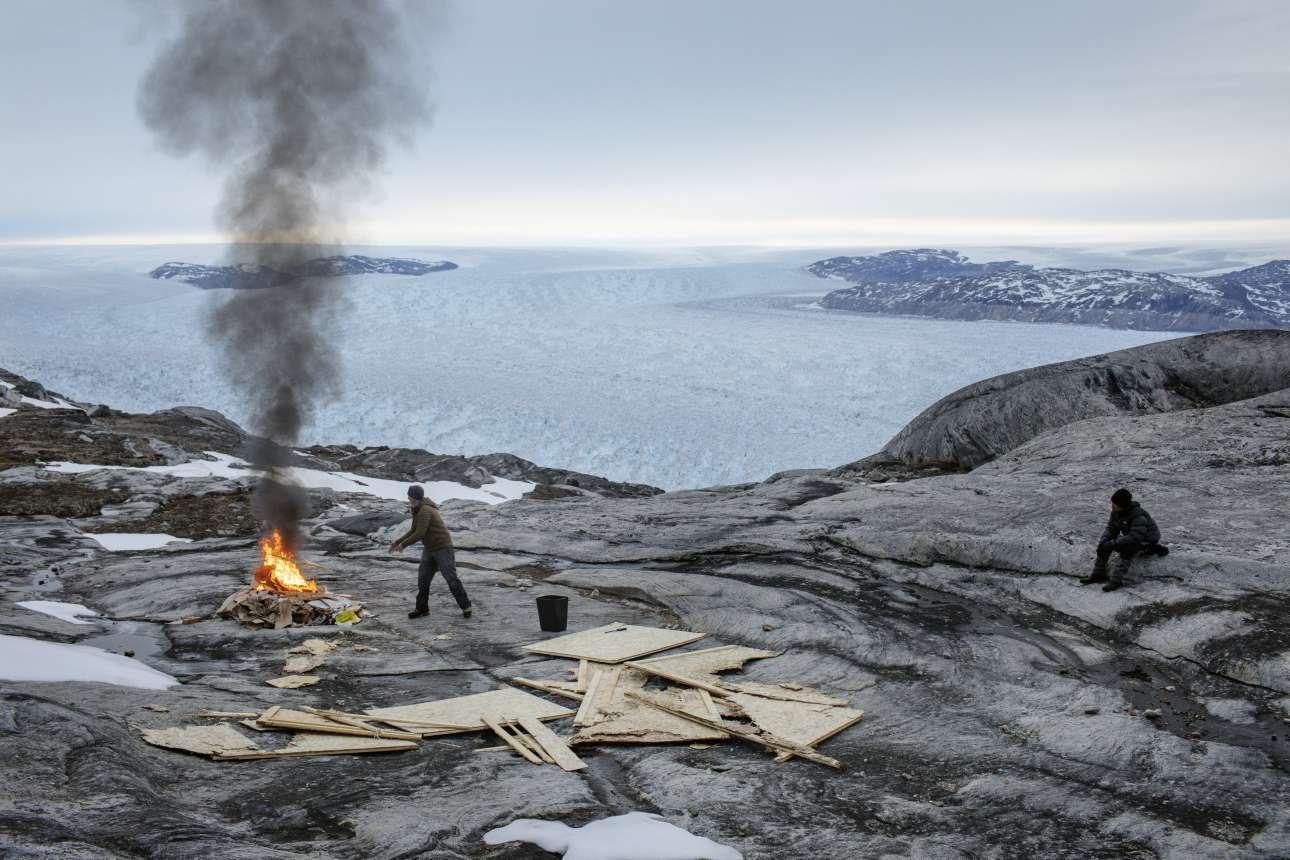 Κάψιμο ξύλων κοντά στην ερευνητική βάση