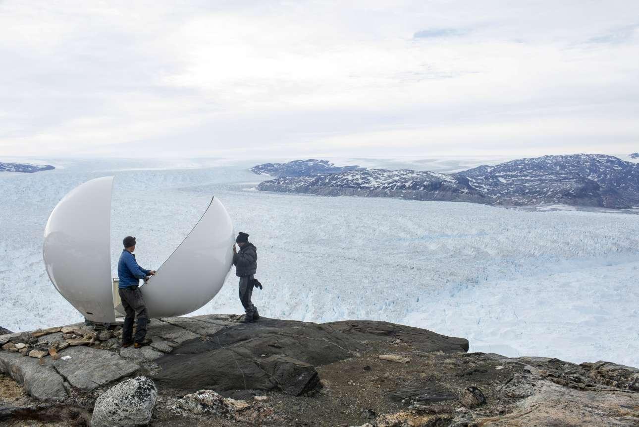 Προσωπικό ασφαλείας συναρμολογεί τον θόλο ραντάρ στην ερευνητική βάση πάνω από τον παγετώνα Χελχάιμ, κοντά στο Τασιλάκ της Γροιλανδίας