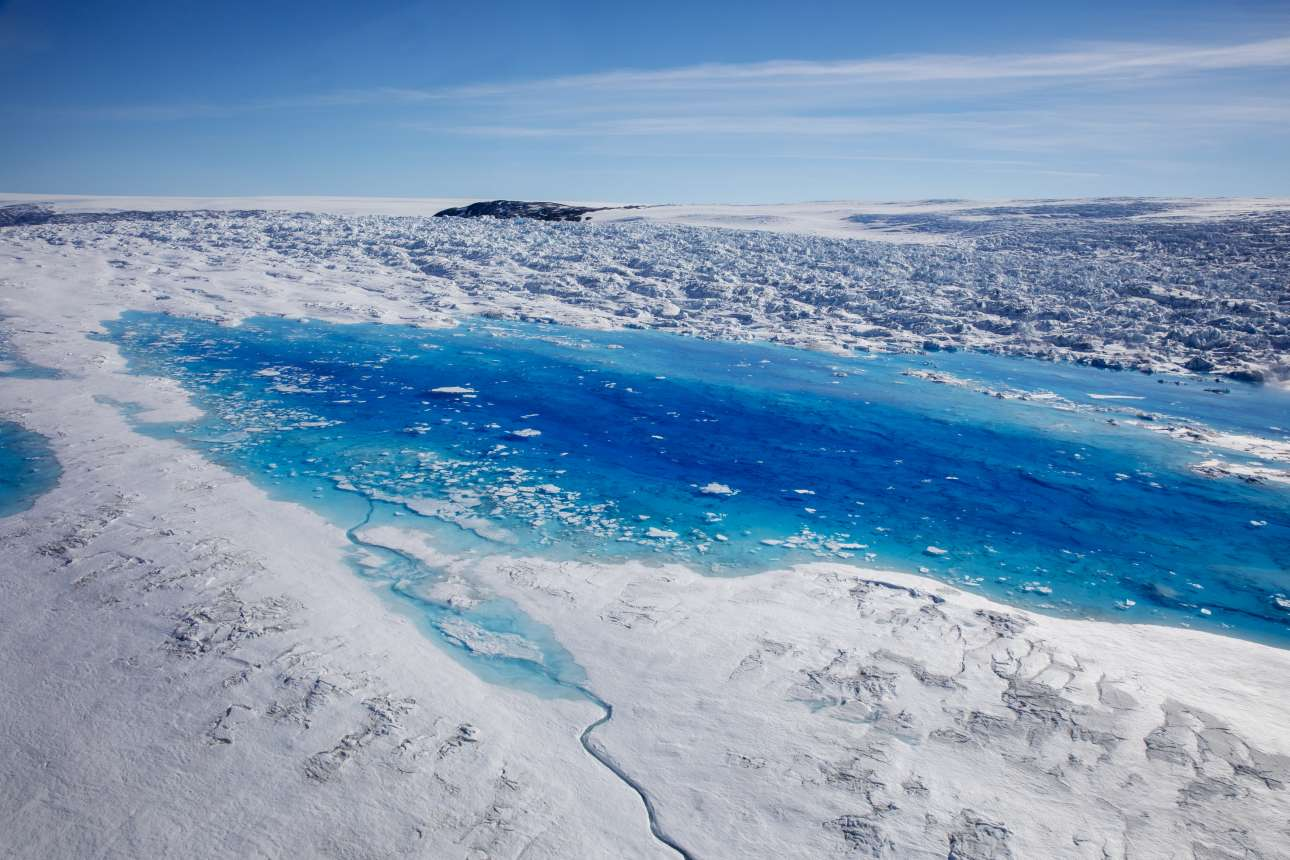 Κοντινό σε μία από τις λίμνες που δείχνει το μέγεθος των επιπτώσεων μετά την κατάρρευση ενός παγετώνα