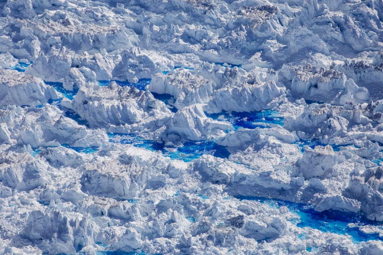 Λίμνες από λιωμένο πάγο σχηματίζονται πάνω στον παγετώνα Χελχάιμ