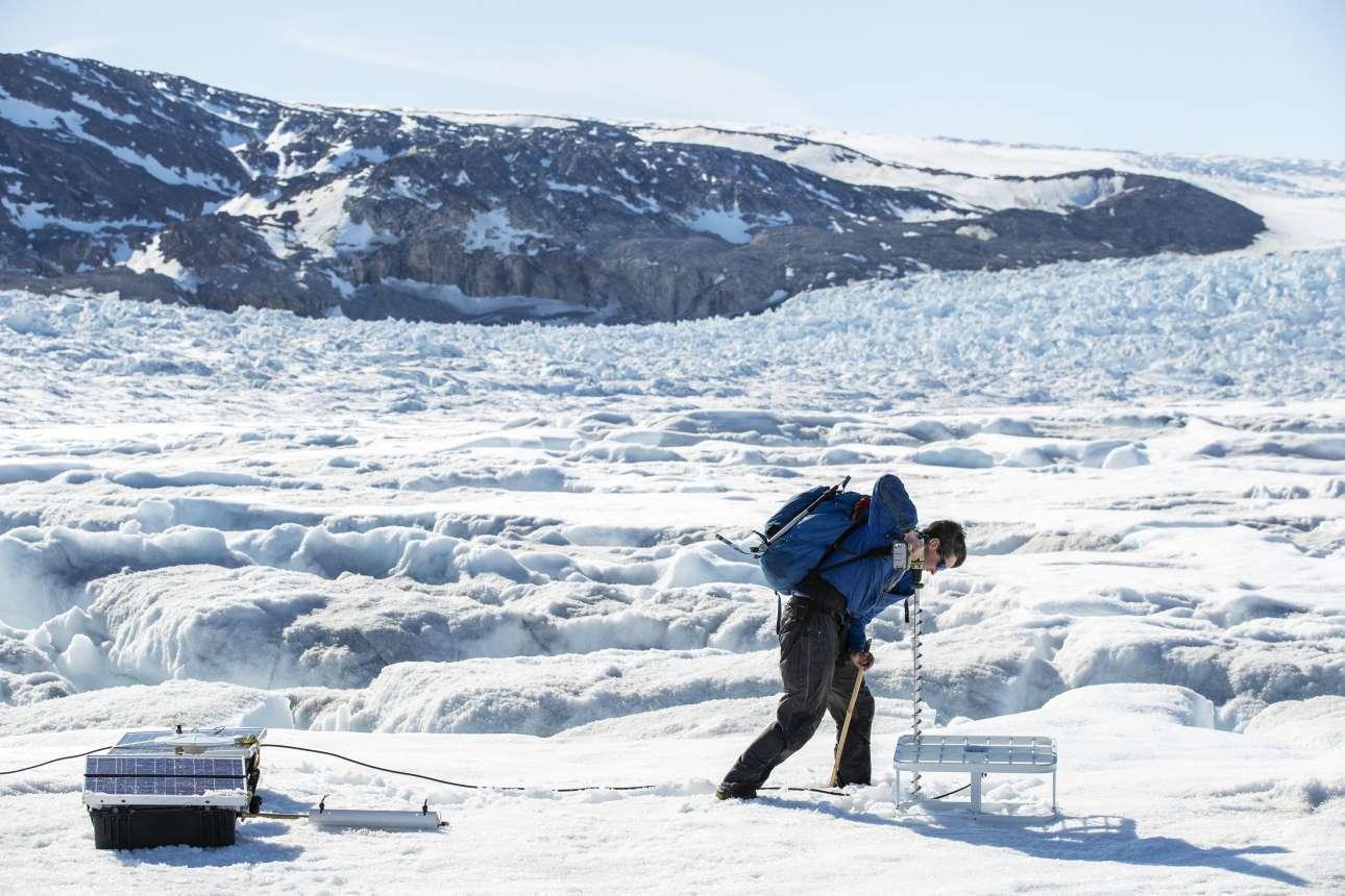 Με τη βοήθεια τρυπανιού ένα μέλος της αποστολής εγκαθιστά κεραίες για τα όργανα πάνω στον παγετώνα Χελχάιμ