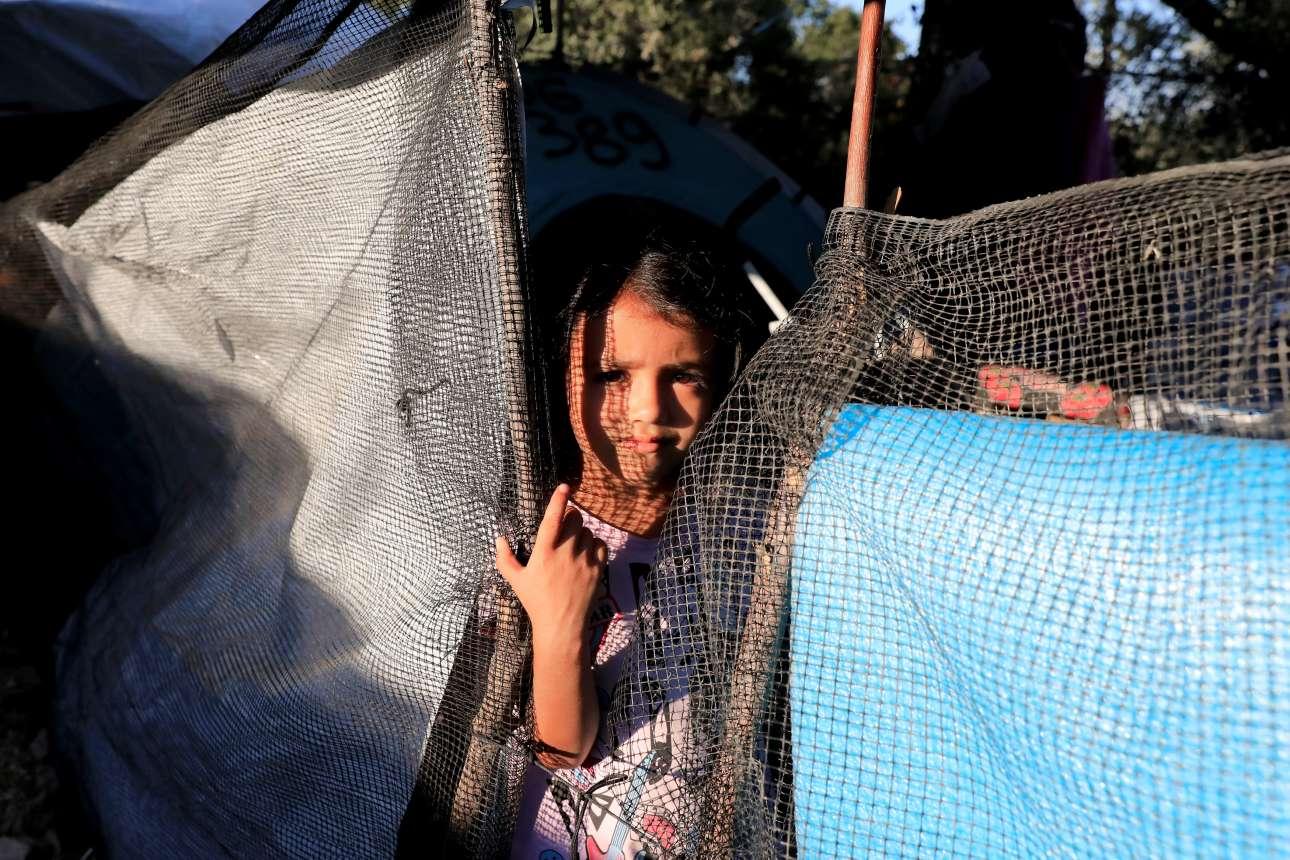 Τετάρτη, 19 Σεπτεμβρίου, Ελλάδα. Νεαρό προσφυγόπουλο παρατηρεί την κίνηση έξω από το κέντρο υποδοχής μεταναστών στη Μόρια της Λέσβου