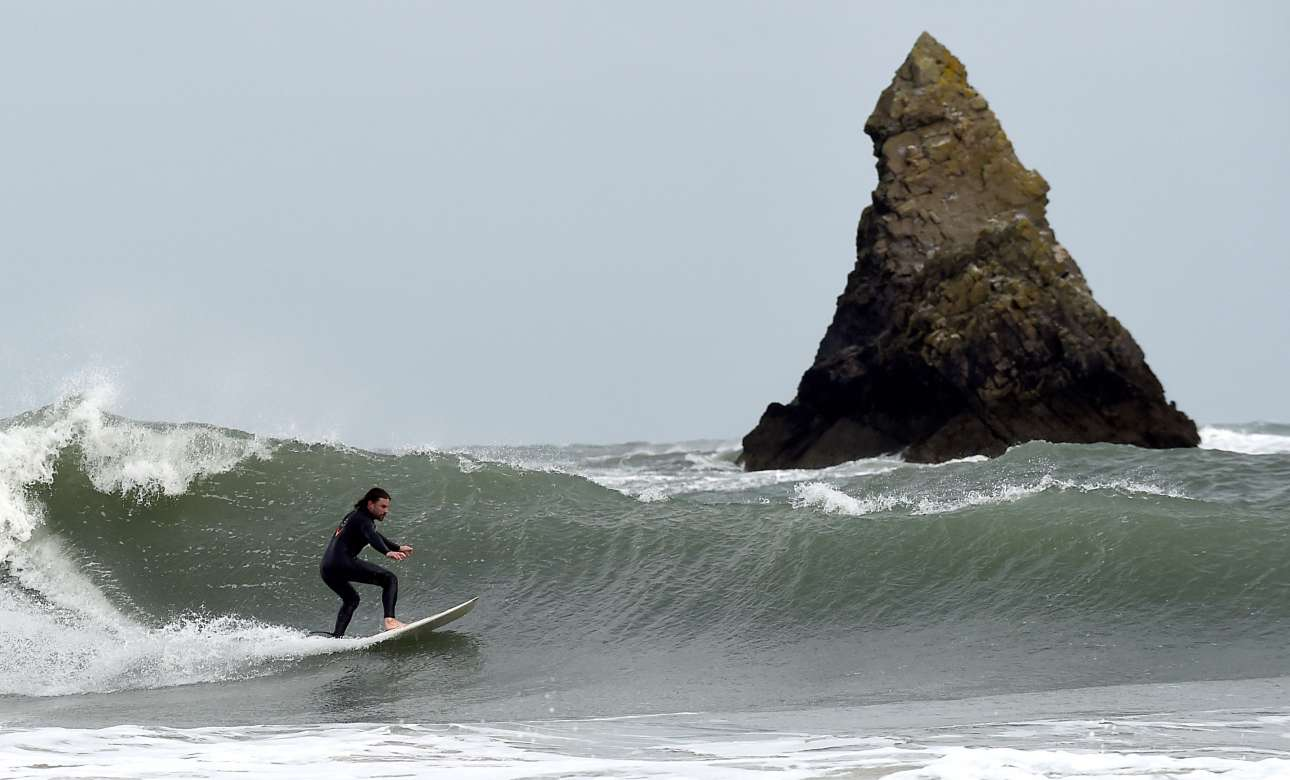 Πέμπτη, 19 Σεπτεμβρίου, Ουαλία. Σέρφερ απολαμβάνει τα κύματα στο Πέμπροκσαϊρ