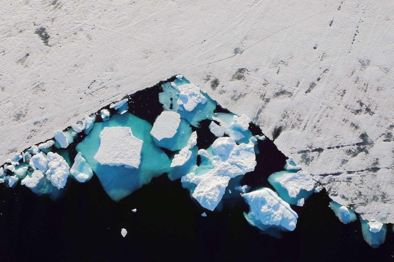 Παγόβουνα που επιπλέουν κοντά στην πόλη Τασιλάκ φωτογραφημένα από ψηλά